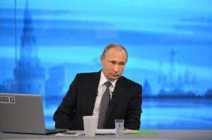 """Владимир Путин начал отвечать на вопросы россиян в рамках """"прямой линии"""""""