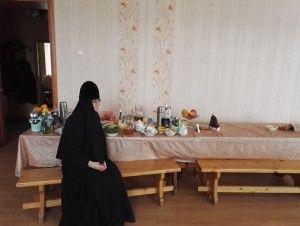 18 апреля 2016 года. Зосимова пустынь. Монахиня Ксения Благочинная у трапезного стола
