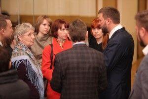 6 апреля 2016 года. Москва. Жители задают Дмитрию Саблину (справа) вопросы, касающиеся нужд инвалидов