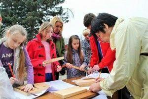 Жители Троицка научились делать синичники