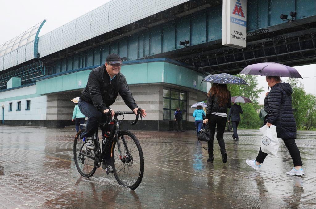 20 мая 2016 года. У станции метро «Улица Горчакова». Префект ТиНАО Дмитрий Набокин едет на работу на велосипеде