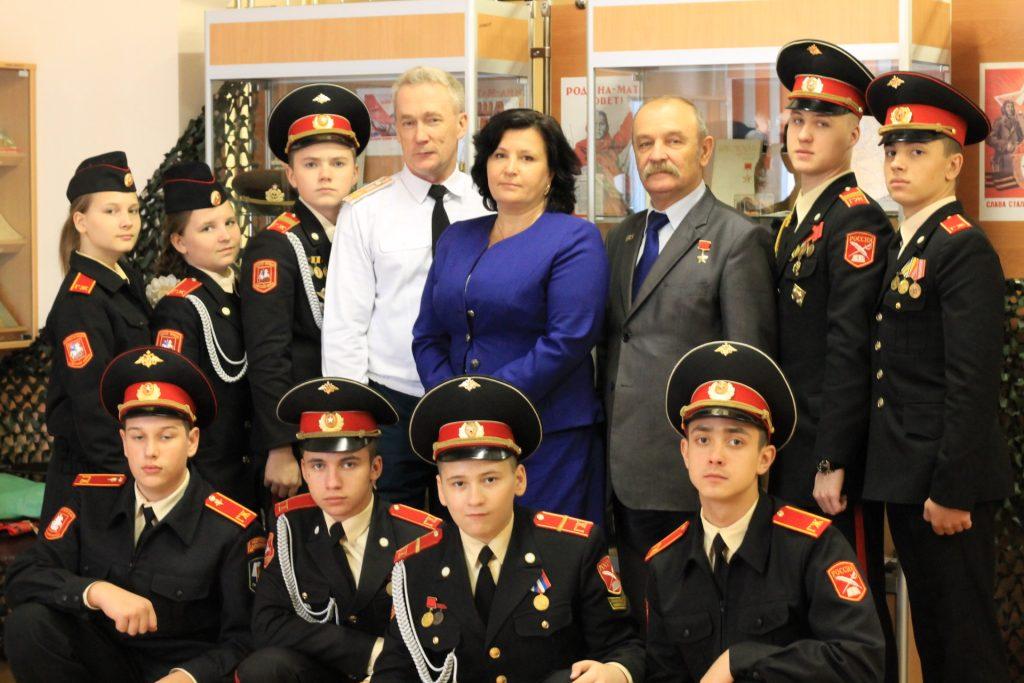 Председатель Межрайонного совета директоров школ ТиНАО Наталия Файдюк (в центре).