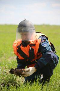 5 мая 2016 года. Кузовлево. Командир группы Виталий Олейников бережно достает из земли неразорвавшуюся мину времен Великой Отечественной войны