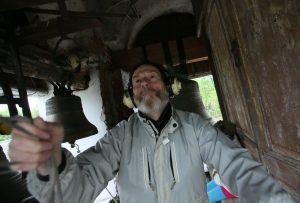 15 мая 2016 года. Щаповское. Александр Гороховский не забывает надеть наушники, когда звонит в колокола. Слух бережет