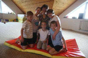 4 мая 2016 года. Кокошкино. В импровизированном спортзале семья Лазаревых (слева направо): стоят — Алена, мама Инна, Маруся, внизу — Даня, Оля, Леша