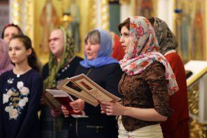 5 мая 2016 года. Щербинка. Прихожане храма Преподобной Мученицы Великой княгини Елизаветы поют церковные тексты