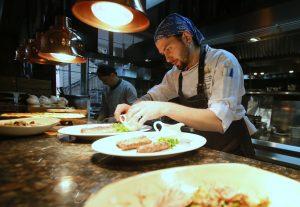 2 апреля 2016 года. Сосенское. Шеф-повар ресторана «Птицы и пчелы» Евгений Чередниченко «колдует» над очередным блюдом для гостей