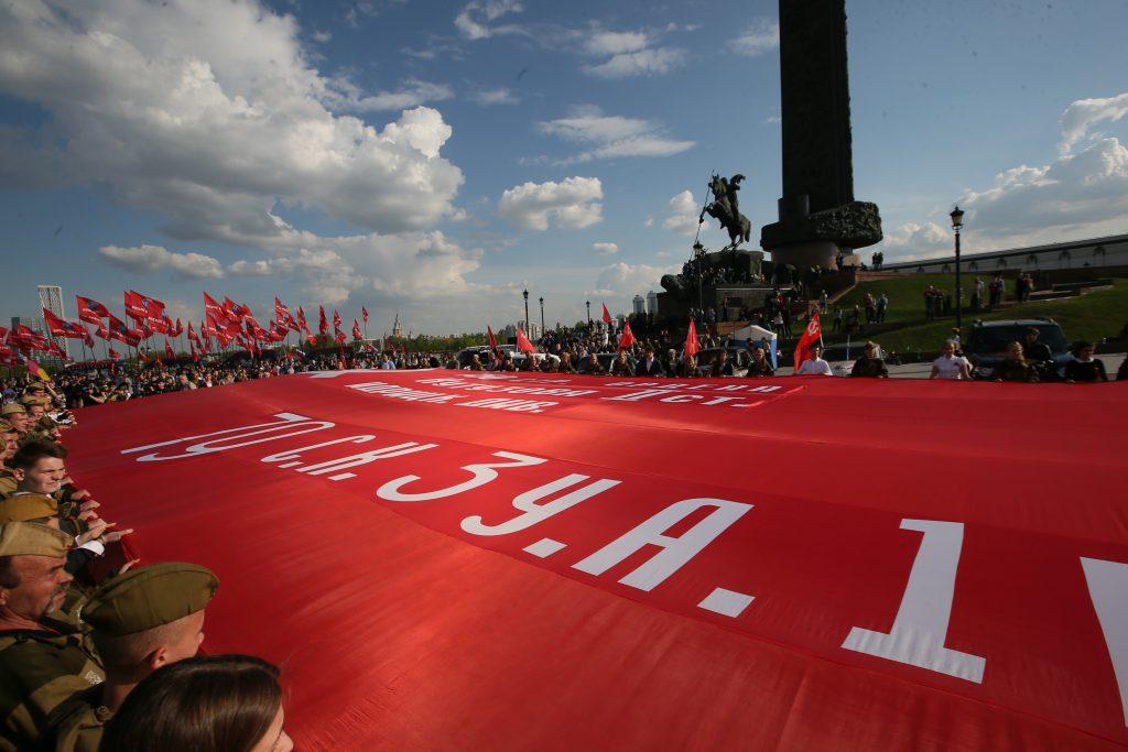 6 мая. Поклонная гора. Участники парада кадетов растягивают двухсотметровую копию Знамени Победы