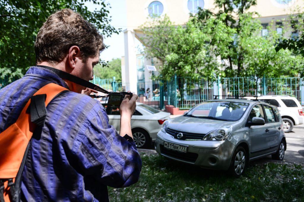 За парковку на газонах столичных водителей будут штрафовать дорожные инспекторы