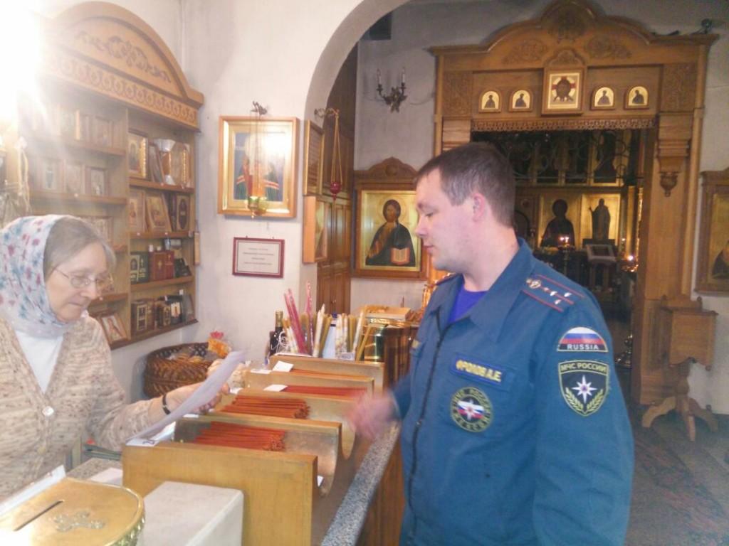 Cотрудники МЧС охраняли покой граждан в церквях. Фото предоставлено Управлением МЧС по ТиНАО