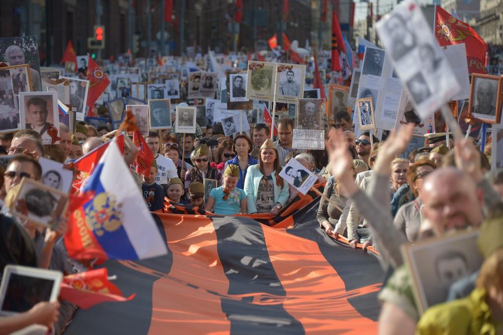 Свыше 300 тыс человек планируют участие в шествии «Бессмертный полк» в Москве. Фото: Александр Казаков