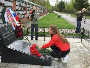 Людмила Петрякова возлагает цветы к могиле лейтенанта Слесарчука. Фото предоставила Анна Голубева.