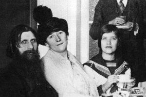 Матрена Распутина, дочь Григория (справа) с отцом и матерью (в центре), в 1914 году. Фотоархив Wikipedia