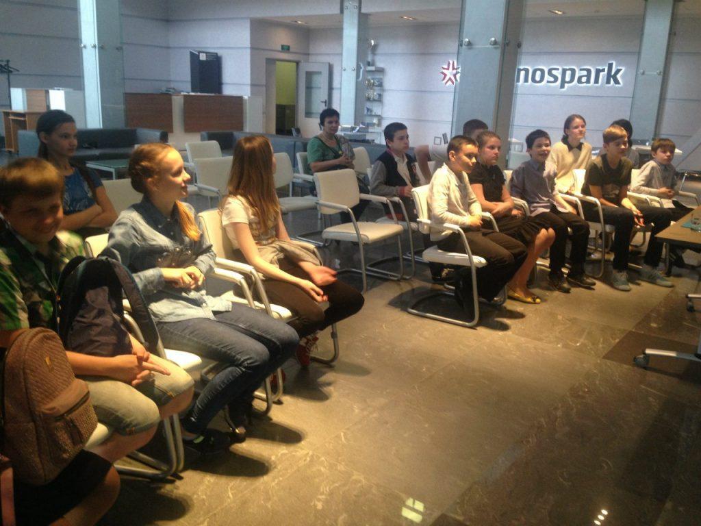 Дети в наноцентре «Техноспарк». Фото: пресс-служба медиацентра Молодежной палаты при Мосгордуме.