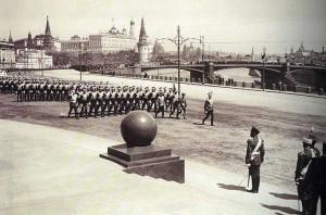 Николай II принимает парад во время церемонии открытия памятника Александру III в Москве, 1912 год. Фотоархив Wikipedia
