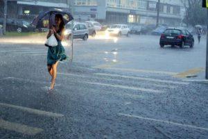 Синоптики прогнозируют на пятницу дождь с грозой. Фото: архив «Вечерней Москвы».