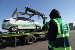 Пленка не будет оставлять следов клея на автомобиле после ее снятия. Фото: Алексей Белкин