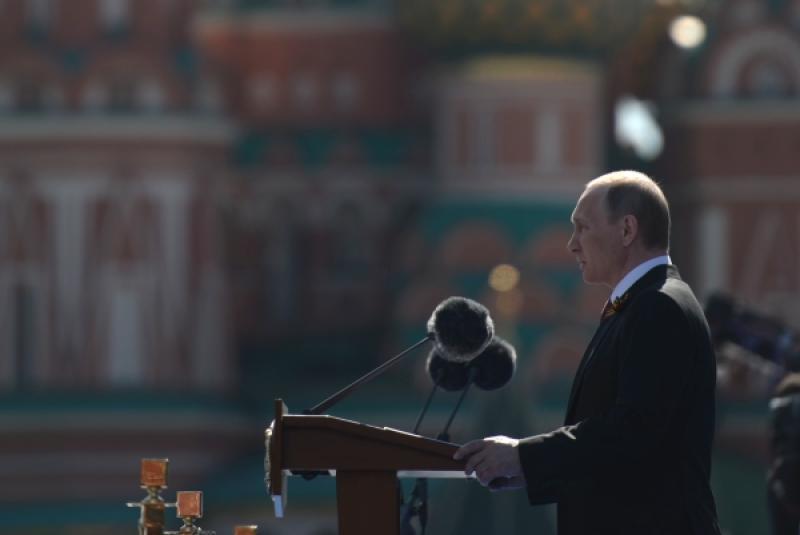 Президент Владимир Путин возложил венок к Могиле Неизвестного Солдата