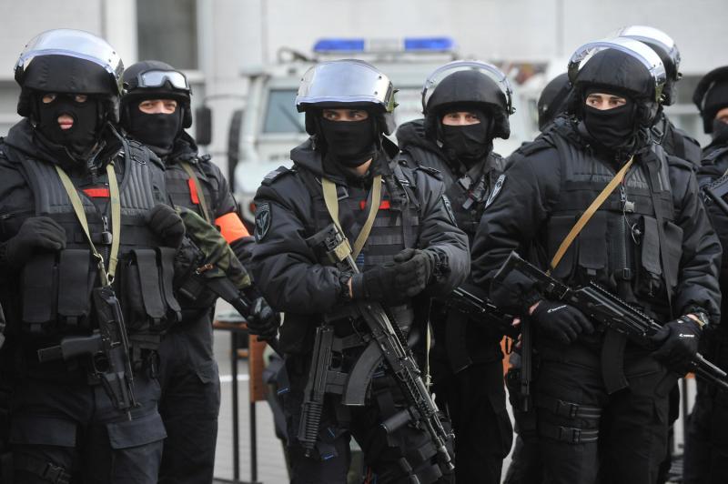 Участников побоища задерживают полицейские