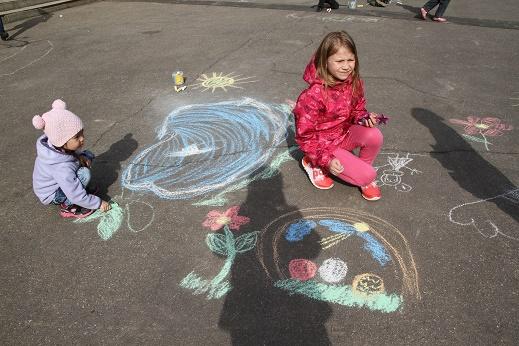 Мелом на асфальте: в Филимонковском прошел конкурс рисунков
