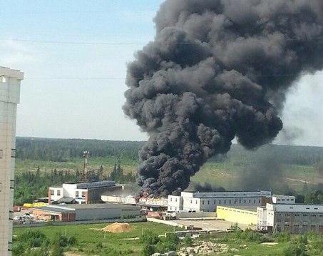 Огонь охватил автосервис в Зеленограде