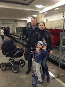 Анастасия Пирогова с семьей на выставке ретро-вагонов метро. Фото: социальные сети.