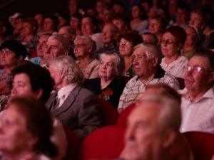 21 июня 2016 года. Краснопахорское. Ветераны Великой Отечественной войны слушают выступление артистов на концерте накануне Дня памяти и скорби