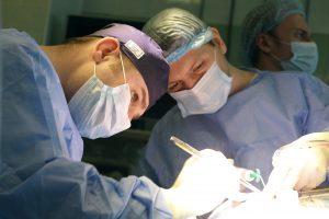 Хирурги Больницы им. Иноземцева делают трепанацию черепа