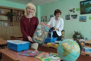 30 мая 2016 года. Роговское. Учитель школы № 2073 Анна Афонченкова (слева) и Светлана Дмитриева. Фото: Виктор Хабаров.