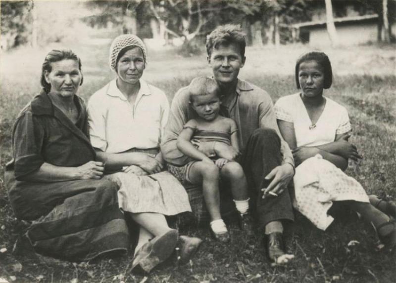 Красный Бор (Смоленская область). Поэт (слева-направо) с тещей Ириной Евдокимовной Гореловой, женой Марией Илларионовной, пятилетней дочкой Валей и своей сестрой Марией Трифоновной. Фото сделано в 1936 году.
