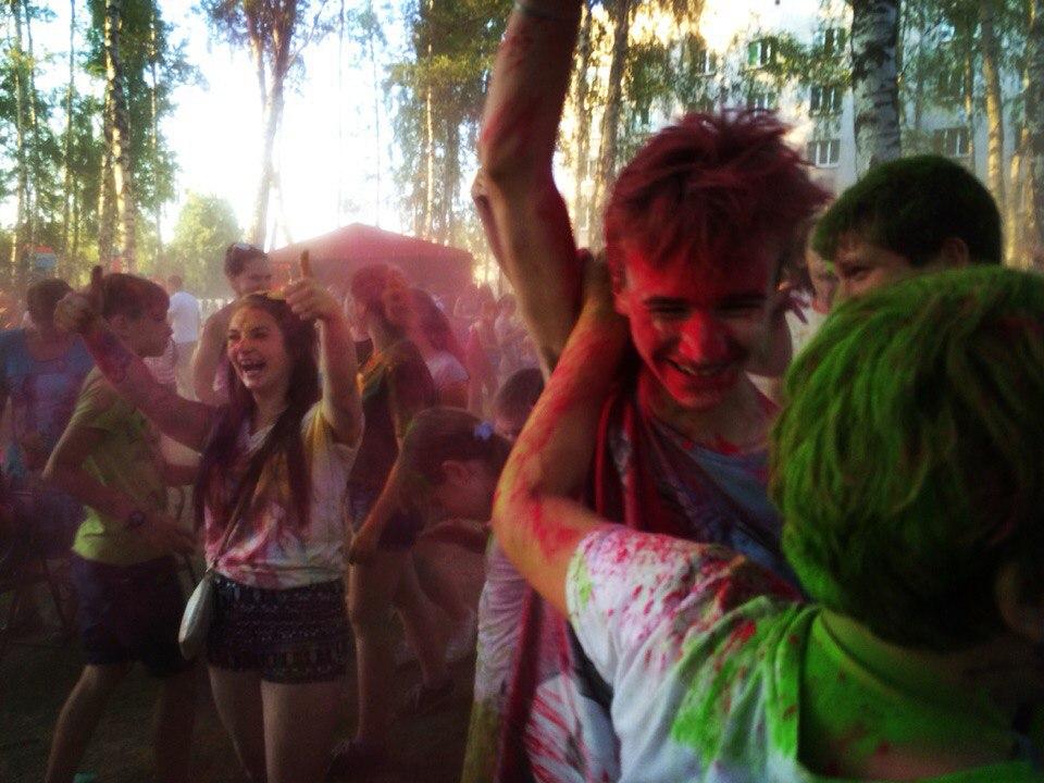 Фестиваль красок «Холи» и «Ударный фест» прошли в Красной Пахре