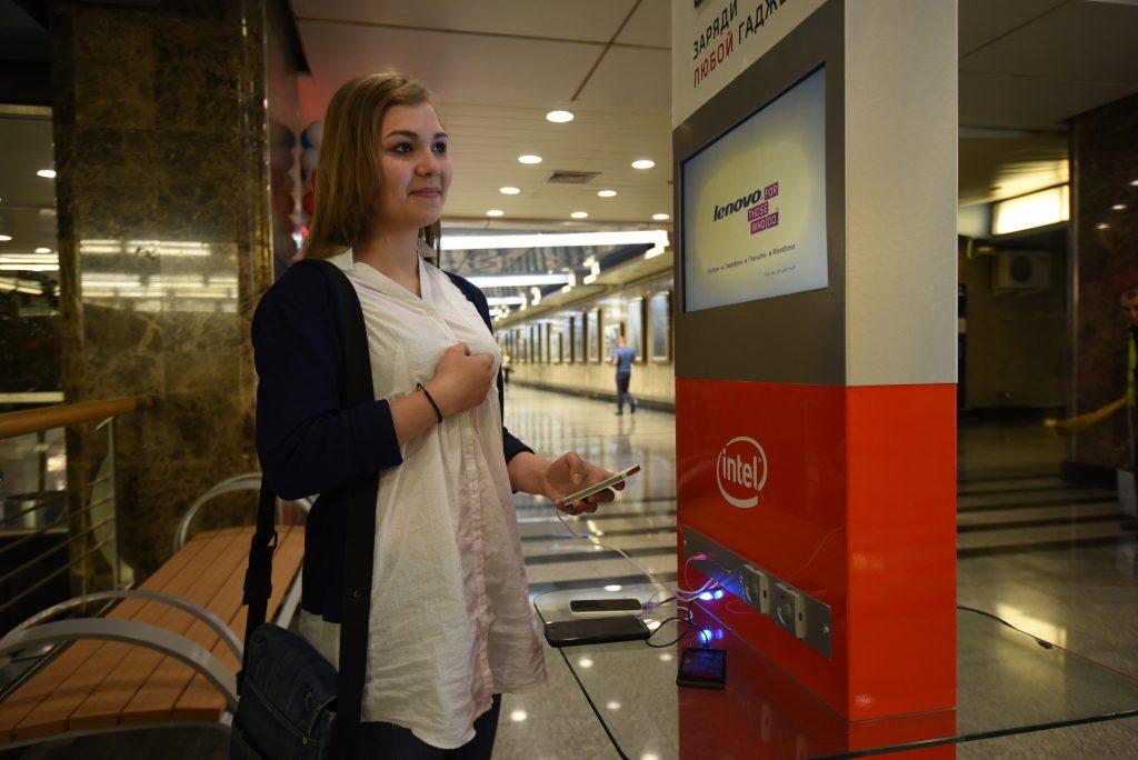 В Московском метро установят розетки для телефонов