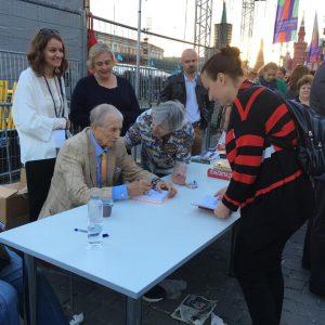 3 июня 2016 года. Книжный фестиваль «Красная площадь». Автограф-сессия Евгения Евтушенко. Фото: Ксения Коваленко.