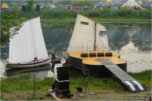 Необычная, но традиционная для Грушинского фестиваля форма сцены. 2011 год. Фото: Википедия.