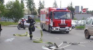 Спасатели ликвидировали учебное ДТП с бензовозом и легковушкой. Фото: Ирина Ким