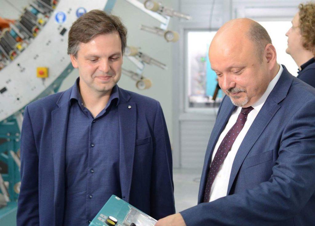 Руслан Титов (слева) и Владимир Дудочкин (справа) открывают новое производство в «Техноспарке». Фото: сайт наноцентра «Техноспарк».