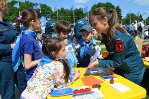1 июня 2016 года. Сотрудники МЧС проводят мероприятие для детей на Воробьевых горах. Фото: пресс-служба Департамента ГОЧСиПБ.