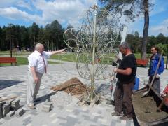 Замочек на счастье: в Новофедоровском начали монтировать Дерево любви и крепкого брака