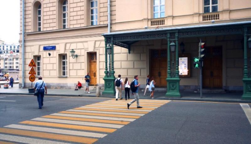 Желтую стеклянную разметку нанесут на почти 3 тысячи пешеходных переходов
