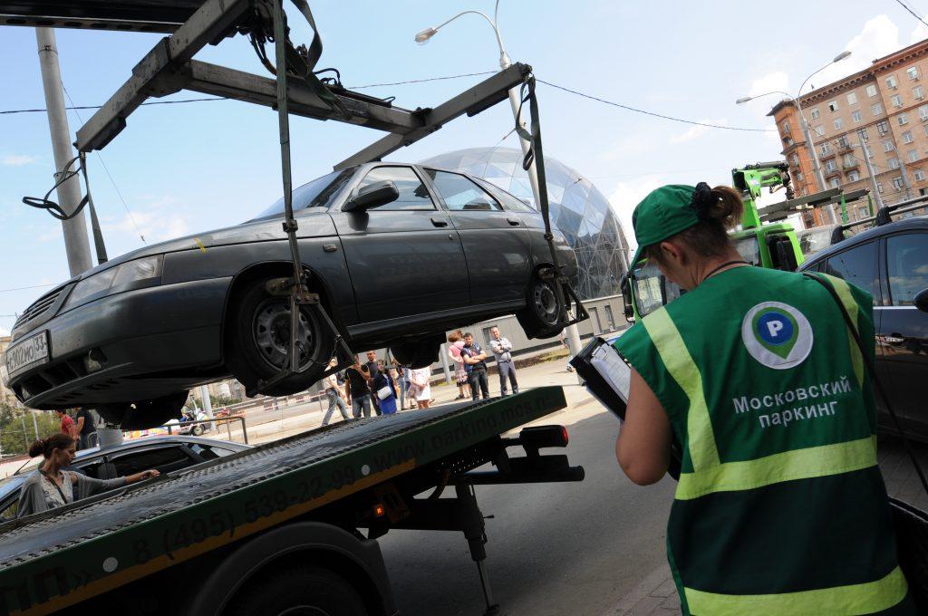Эвакуация неправильно припаркованных машин. Фото: Владимир Новиков.