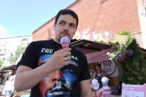 29 июня 2016 года. Троицк. Энрике Альварес Лоренсо пробует мороженое «Ванильные леденцы». Фото: Кристина Киссер.