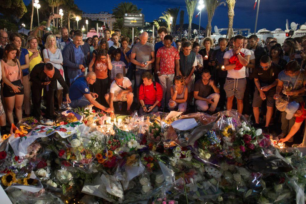 15 июля 2016 года. Ницца (Франция). Местные жители и туристы возлагают цветы на Английской набережной, где накануне произошел теракт