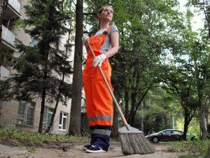 10 июля 2016 года. Троицк. Маша Симонова подметает дворы. Отбывает наказание за «грехи молодости»