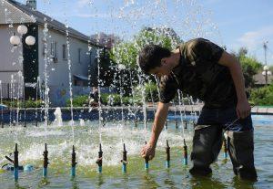 29 июня 2016 года. Щербинка. Абдувахоб Маджидов чистит фонтан