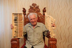 28 июня 2016 года. Щапово. Краснодеревщик Людвиг Афанасьев на деревянном троне, который он сделал сам.