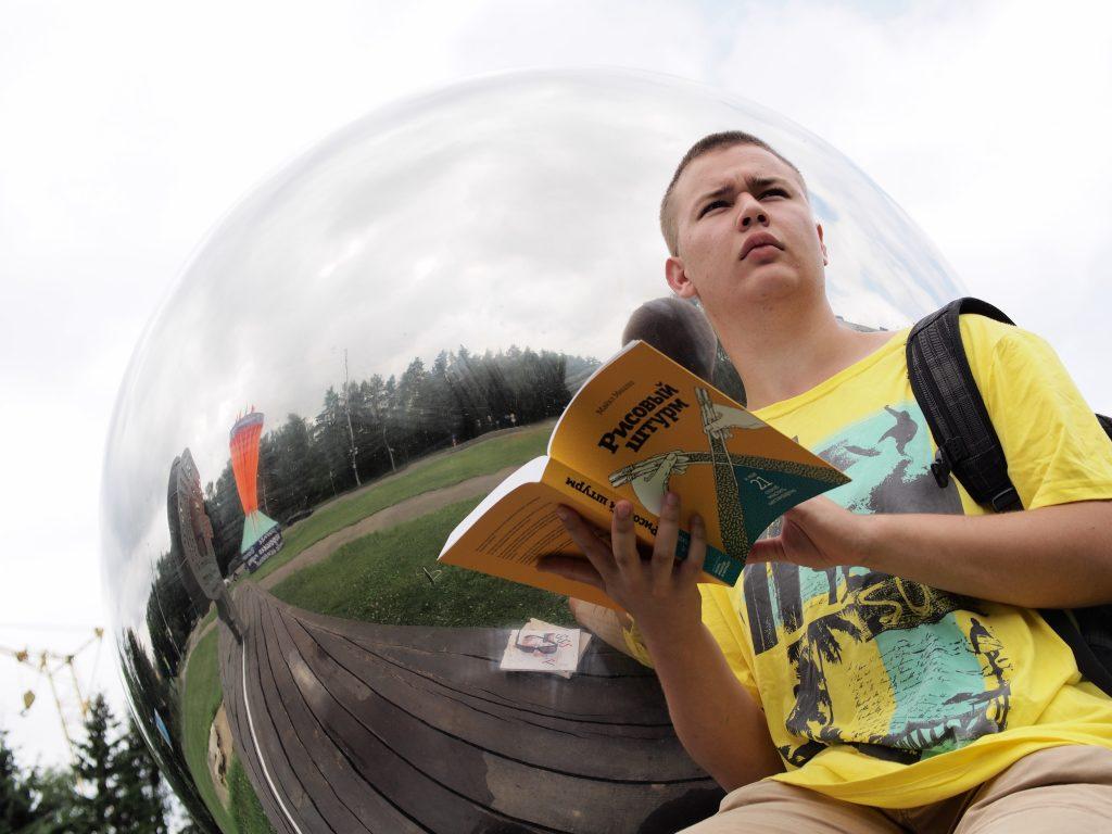 20 июля 2016 года. Троицк. Рома Илюшин даже на каникулах читает книги о нестандартном мышлении. Фото: Александр Корнеев.