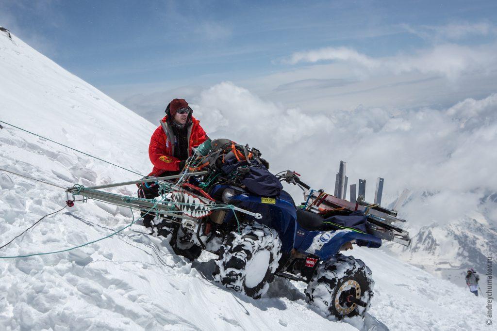 22 июня 2016 года. Эльбрус. Артем Куимов и его квадроцикл «Зубастик», который зачастую приходилось тащить на гору на двух страховках