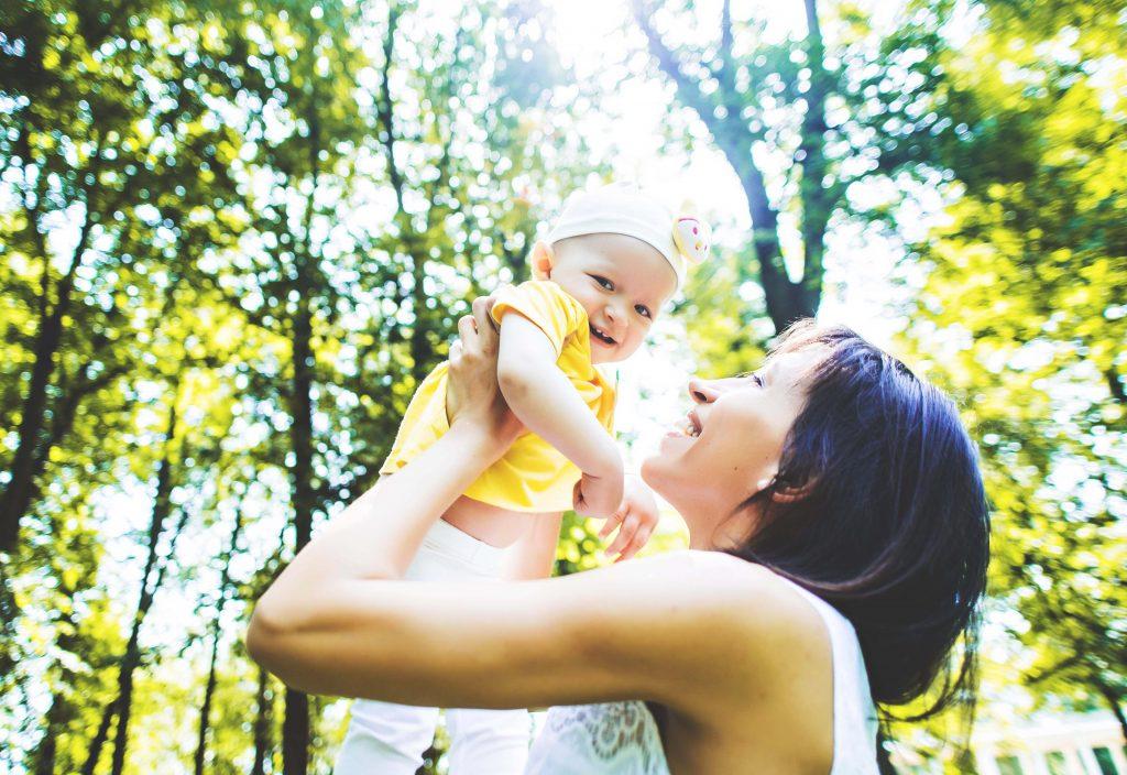 Остафьево. Елена Борщева с младшей дочерью Умой. Этим летом вместе с семьей они много путешествуют. Фото: Светлана Родинав июне 2016 года)