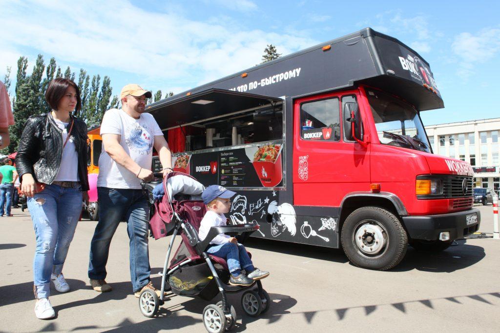 В парках Москвы состоится фестиваль фуд-траков «на колесах»