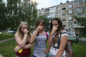 24 июля 2016 года. Курилово. Слева направо: школьницы Таня Александрова, Динара Хамбекова, Даша Пруднова  сталкиваются с мерзким запахом из канализации насосной станции